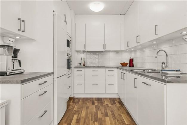 Rymligt kök med gott om skåpplats och fina arbetsytor