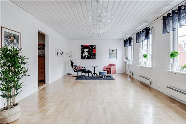 Stort vardagsrum med fint ljusinsläpp