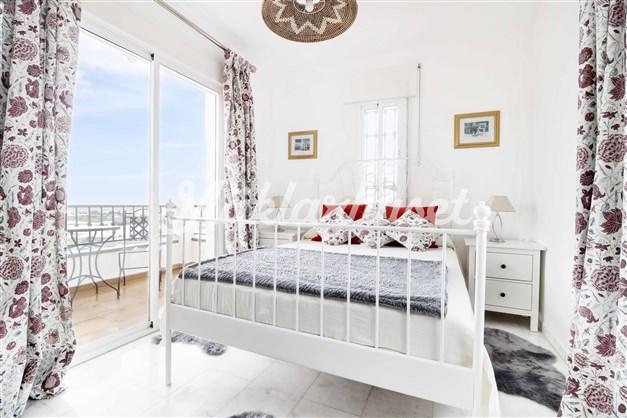 Sovrum 1 har fönster i 3 väderstreck och balkong utanför