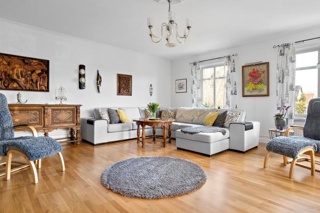 Stort härligt vardagsrum med parkettgolv