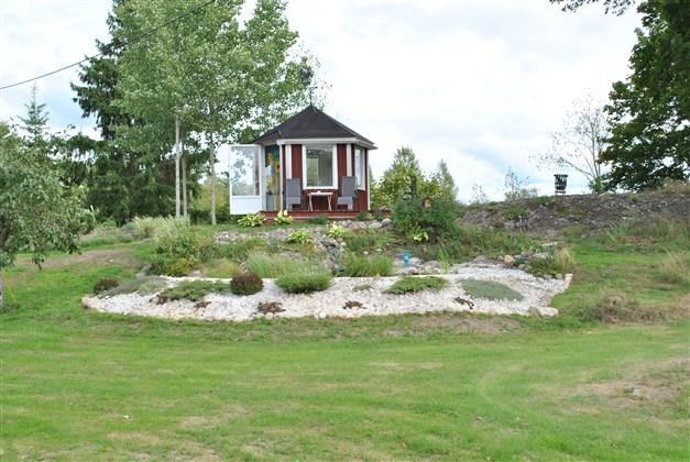 Lusthus och trädgårdsdamm