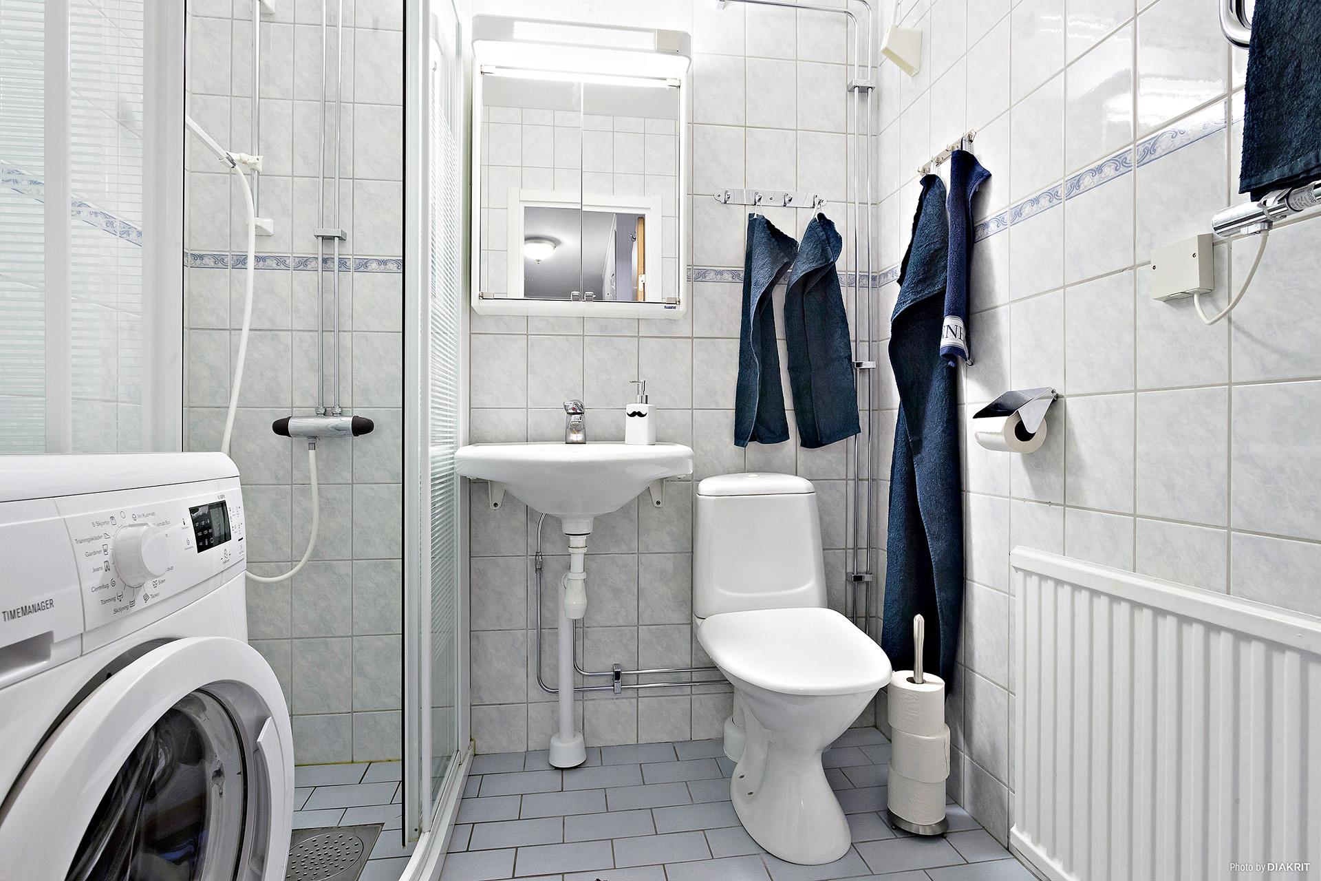 Duschrum med elgolvvärme, handdukstork och tvättmaskin.