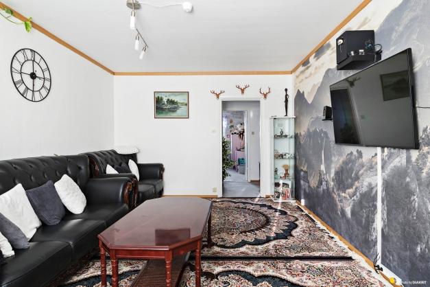 Vardagsrum mot hall och sovrum