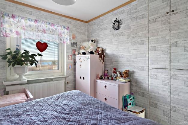 Sovrum med två inbyggda garderober