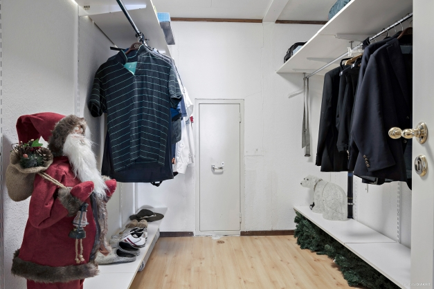 Rejäl klädkammare där det också finns ett kassaskåp.