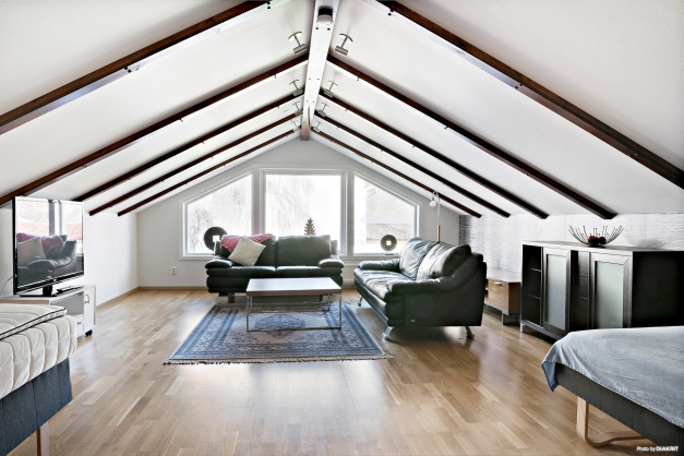 Ytterligare ett rum med generös yta och härliga fönster.