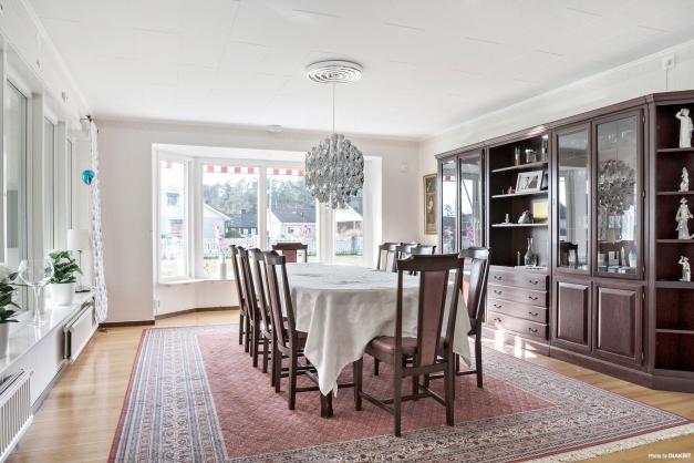 I vardagsrummet finns plats för att duka upp till många middagsgäster.