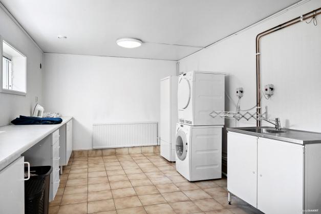 Även tvättstugan är väl tilltagen med bra bänkyta.