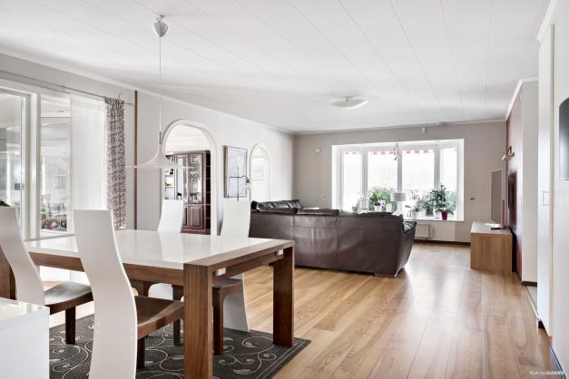 Här får du ett hus som bjuder på stora sällskapsytor med plats för familj, släkt och vänner!