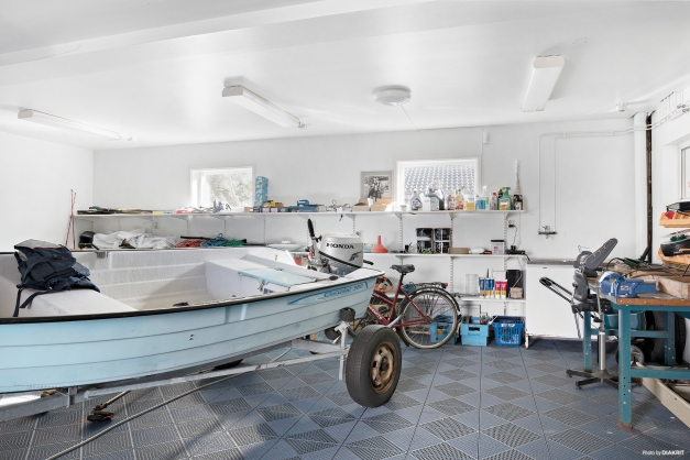 Garage med gott om plats för både bil, förvaring och övriga intressen.