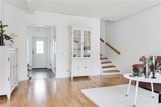 Vardagsrum mot hall och trappan upp