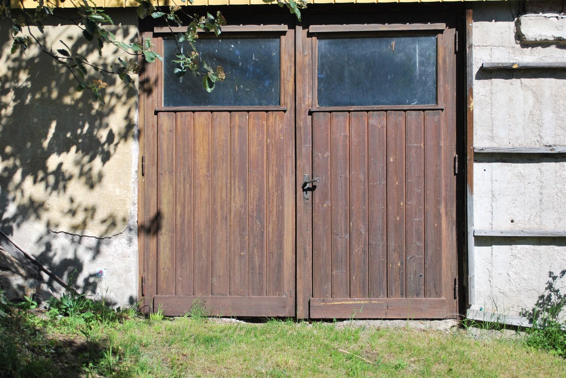 Dom gamla garageportarna står sig fortfarande