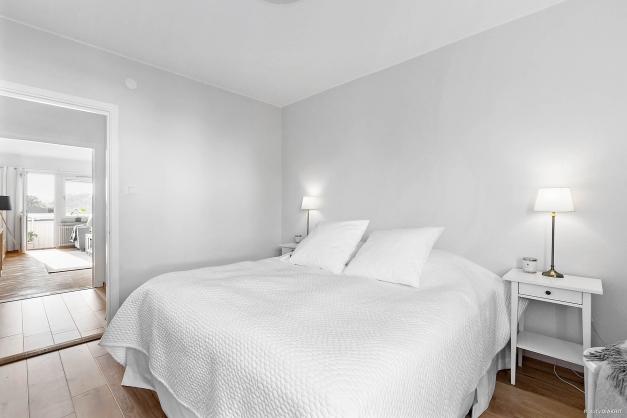 Sovrum med garderobsvägg med skjutdörrar