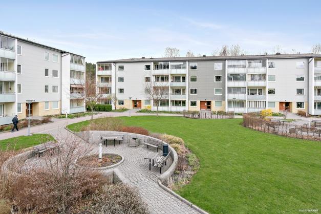 På översta våningen bor du med utsikt över föreningens fina innergård.