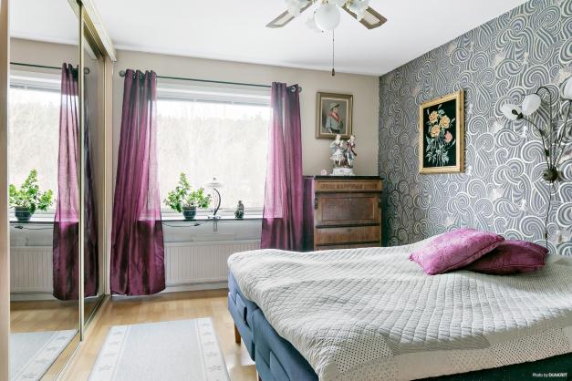 Sovrum med stora och rymliga skjutdörrsgarderober.