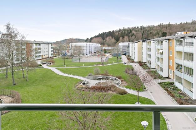 Inglasad balkong i högt läge med fin utsikt.