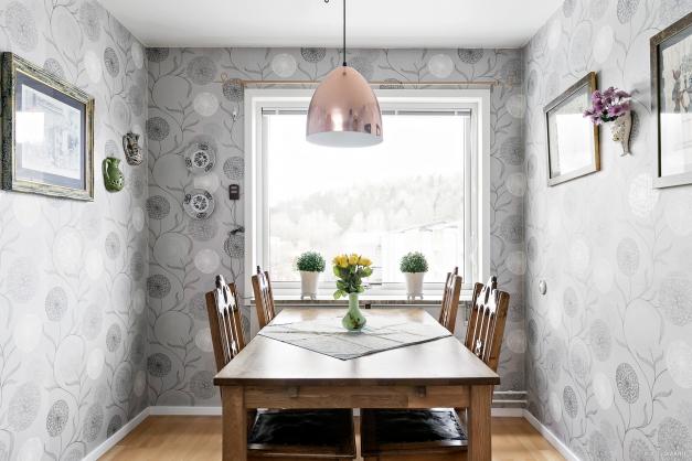 Matplats invid fönster med högt läge som ger en härlig utsikt till morgonkaffet.