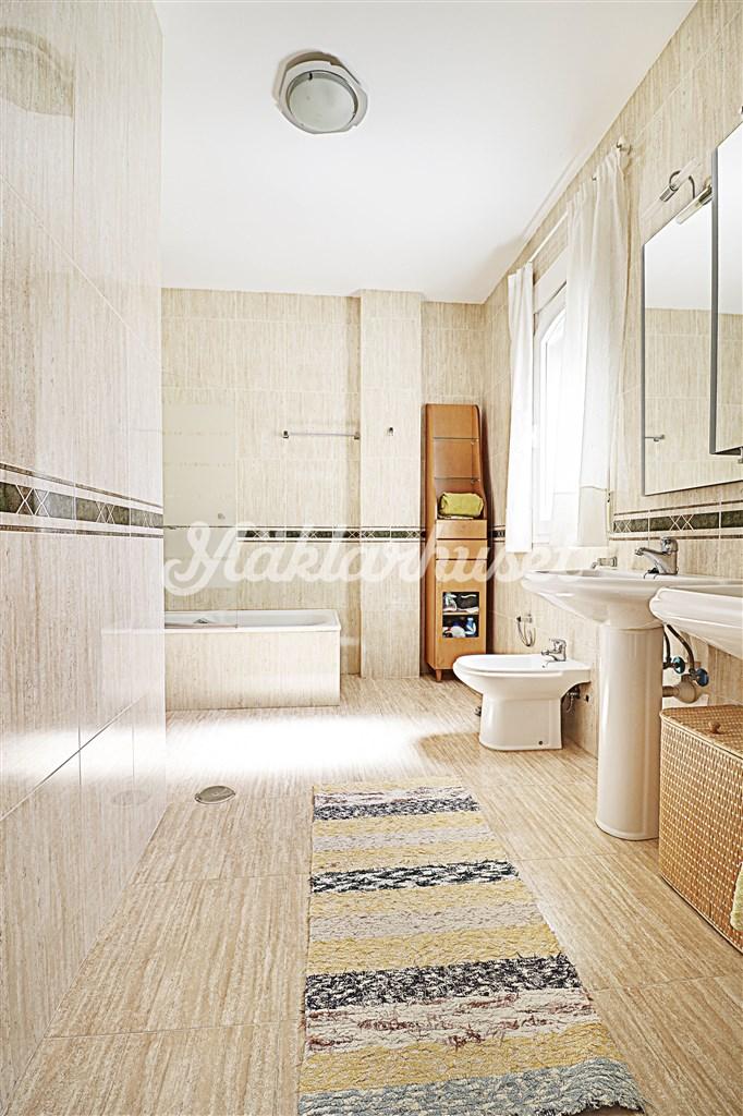 Stort och fräscht badrum 1