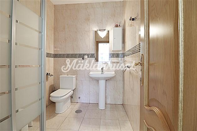 Badrum 2 med duschhörna