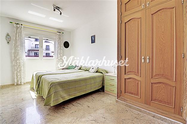 Sovrum 2 med gott om garderober och eget badrum