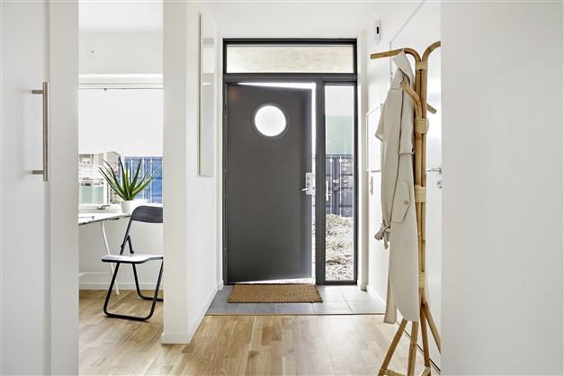 Rummen har sköna golv av 3-stavs ekparkett förutom i en del av kapprummet som har klinkers innanför ytterdörren.