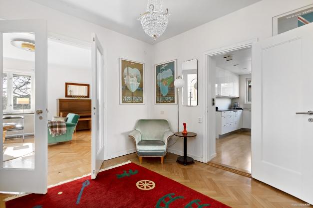 Inre hall med vackra glasdörrar in till vardagsrummet.