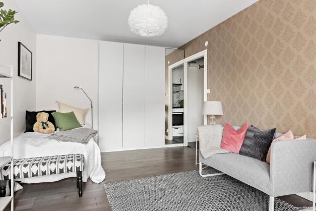 Allrum med praktisk förvaring i fyra platsbyggda garderober