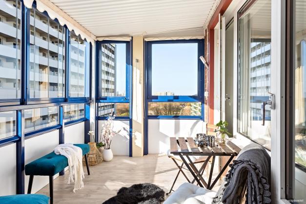 Balkong med utsikt, infravärme och belysning. Som ett extra rum.