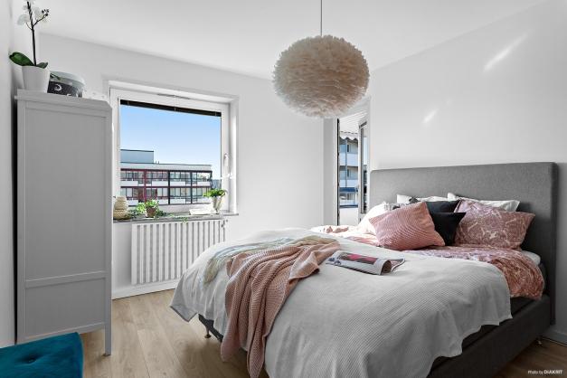 Sovrum med en av utgångarna till balkong