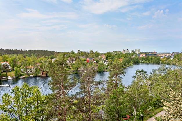 Fantastisk utsikt över Järlasjön, Kyrkviken, Nysätra och Sickla med omnejd.