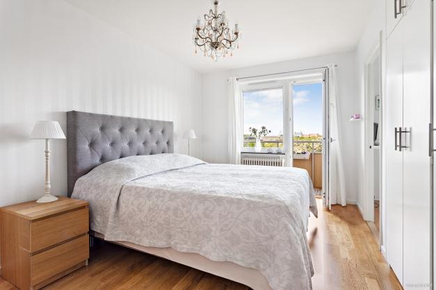 Rogivande sovrum i ljusa färger.