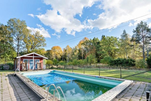 Områdets pool samt barnpool