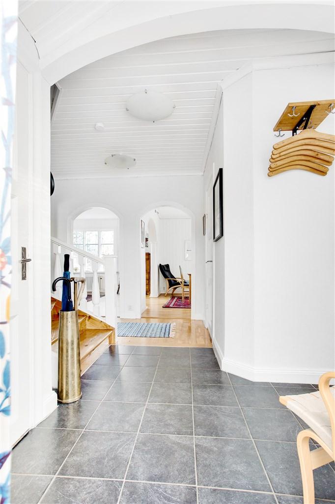 I hallen finns sep. wc och portaler till vardagsrum och matsal.