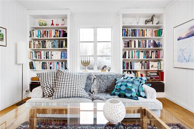 Här finns stilrena, platsbyggda bokhyllor.