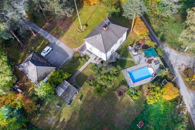 Fantastiskt boende med pool, dubbelgarage och stor insynsskyddad trädgård.