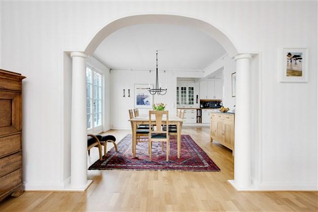 Mellan vardagsrum och matsal finns fint valv med pelare.