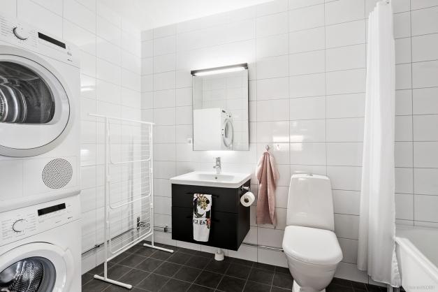 Det kombinerade bad- och tvättrummet