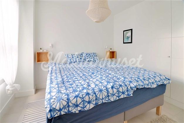Sovrum 1 med inbyggda garderober och privat duschrum