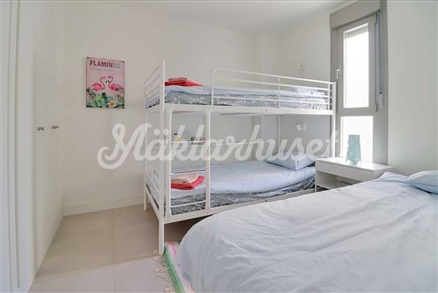Sovrum 2 med inbyggda garderober