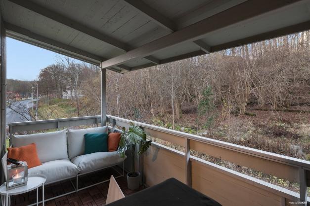Balkongen är stor, under tak och har utsikt över naturen. Från balkongen kommer man till det stora förrådet.