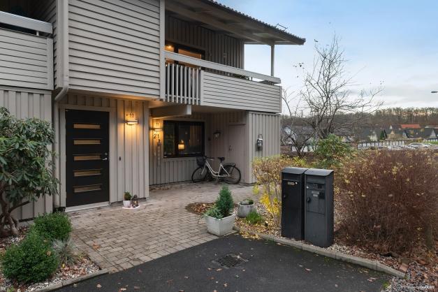 Lägenheten har egen ingång utifrån.