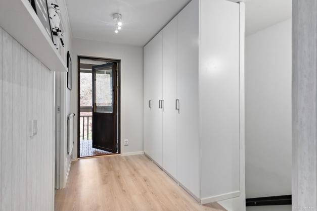 I den övre hallen finns gott om garderober från 2020.