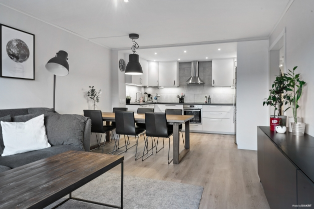 Välkomna till denna fina 3:a med öppen planlösning med golv, tapeter och kök från 2019 - 2020.