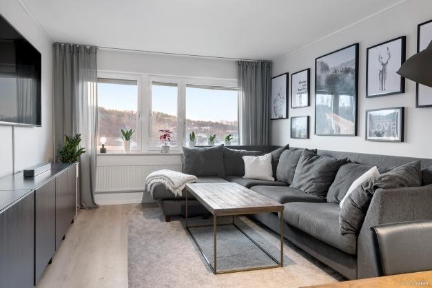 I vardagsrummet finns det plats för en stor soffa. Det finns ingen insyn i lägenheten från något håll.