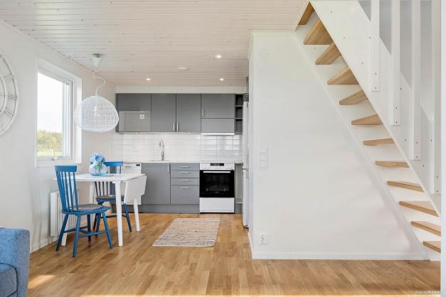 Standard är HTH-kök med vita luckor och kakel ovan arbetsbänk. Utrustning: Kyl/frys, fristående spis, fläkt, diskmaskin, microvågsugn från Whirlpool Tillval: Spotar i tak (OBS! Se tillvalslista från HTH för standard och val i kök)