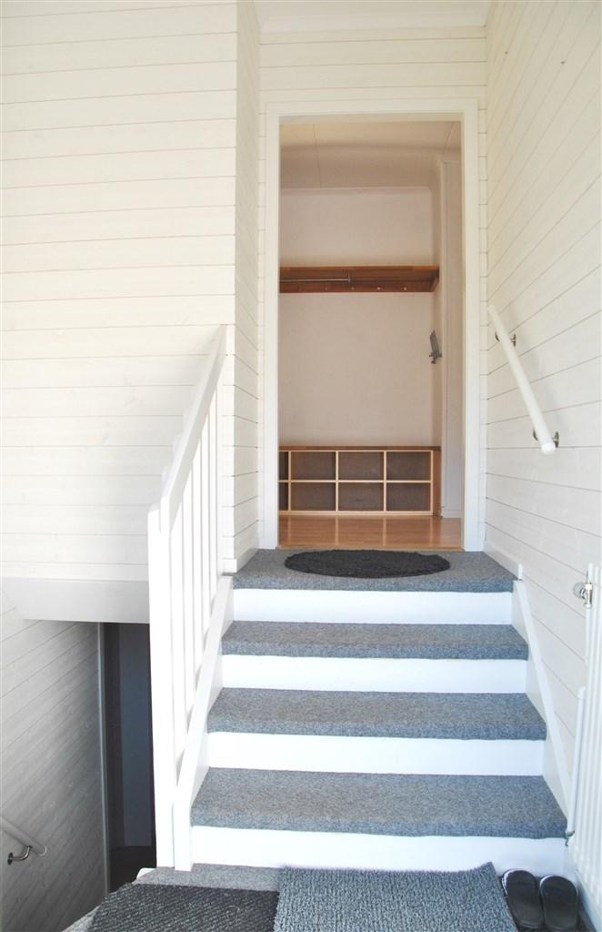 Halvtrappa upp till inre hall samt trappan ner till källaren