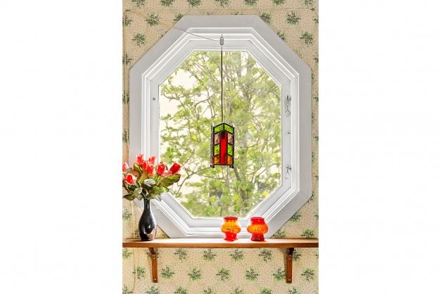 Vackert, åttkantigt fönster i sovrummet