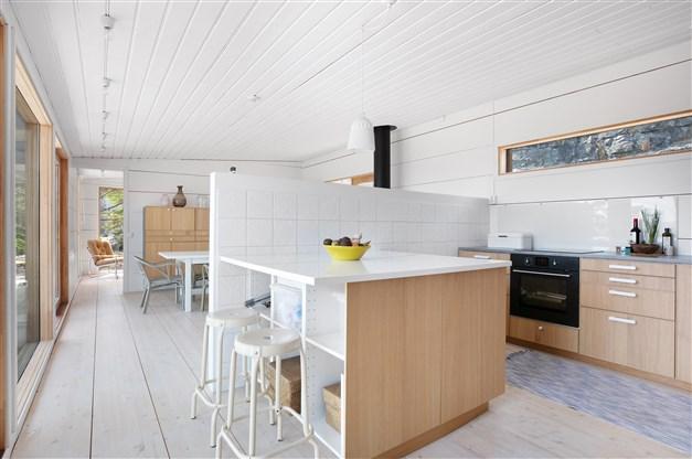 Kök och vardagsrum i delvis öppen planlösning