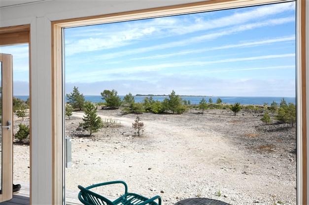 Stora fönsterpartier gör att havet alltid känns närvarande
