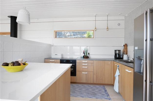 Kök med halvvägg mot vardagsrumsdelen
